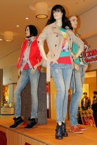 Jeans Barcelone sur des mannequins dans un magasin