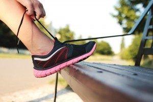 femme faisant les lacets de chaussures de course