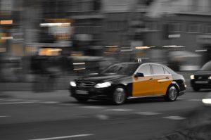 taxi noir et jaune de barcelone