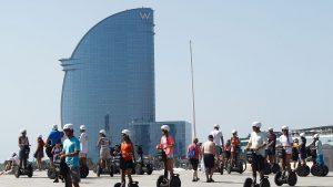 un-groupe-de-touristes-devant-la-tour-de-segway-dans-le-quartier-de-la-barceloneta-a-barcelone-le-28-juin-2015_5513943