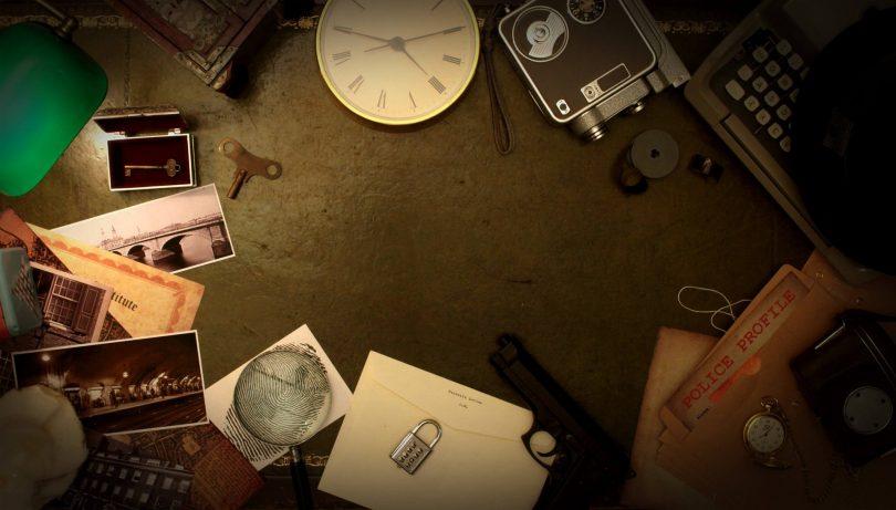 horloge, papier, crayon, cahier sur une table