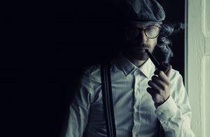 homme en casquette fumant la pipe