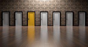 plusieurs portes blanches et une porte jaune