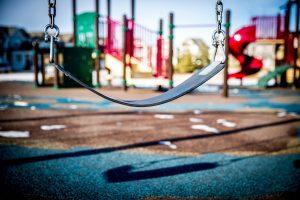 parc pour enfants balancoire