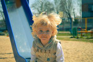enfant blond aux yeux bleus toboggan