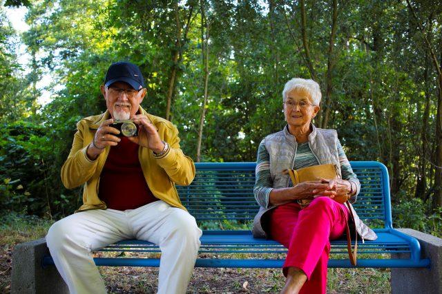 personnes agees assises sur un banc