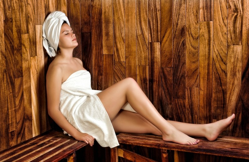 1-woman-relaxing-in-sauna