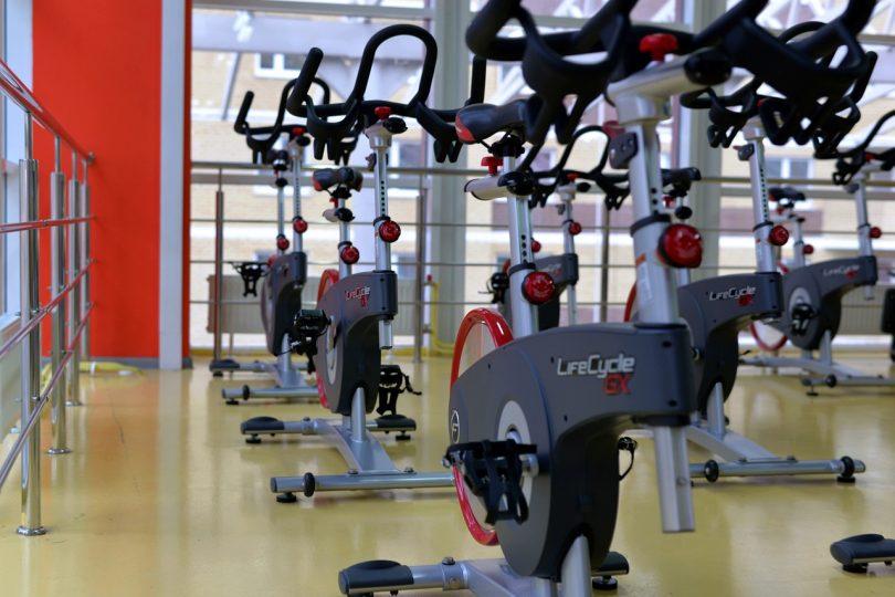 un gymnase avec des vélos d'exercice