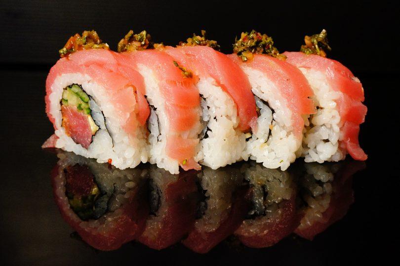 rouleau de sushis au saumon