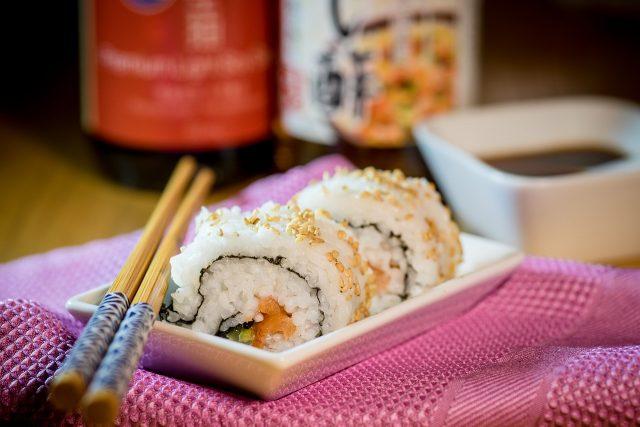 sushis dans une assiette avec baguettes