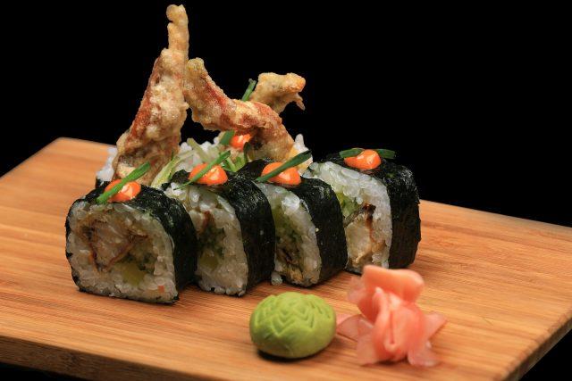 rouleau de sushis sur un plateau