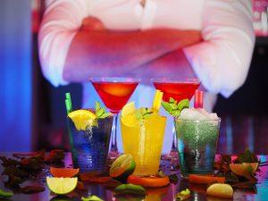 coktails sur un bar devant un barman