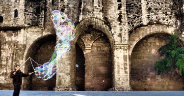 homme faisant des bulles de savon dans le quartier gothique de barcelone