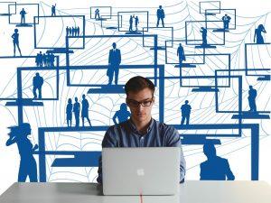 Homme entrepreneur devant un ordinateur