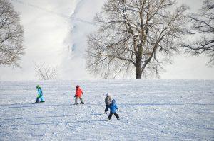 enfants skiant sur une pente en neige