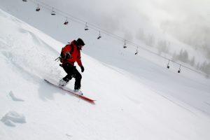 personne en ski sur une pente enneigee