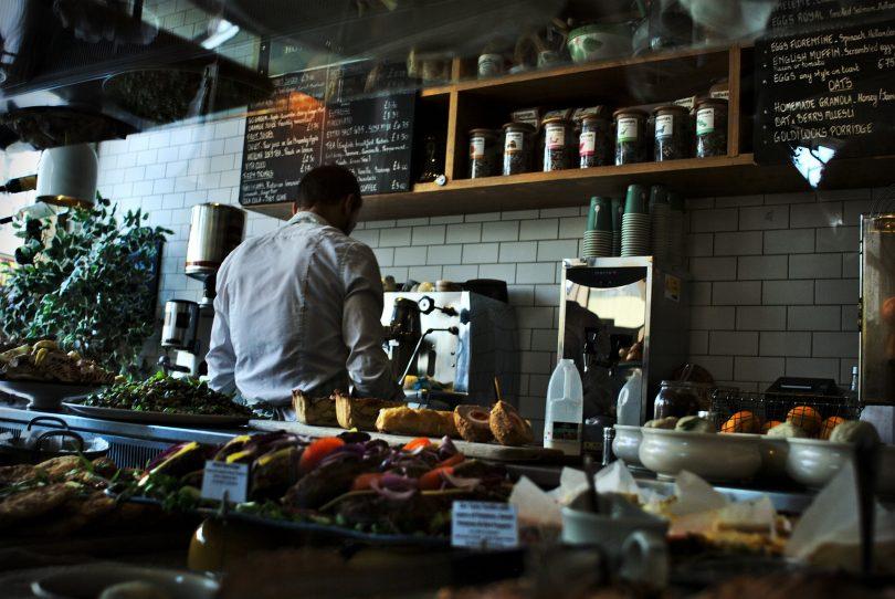 personnel dans une cuisine de restaurant