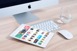ipad et ordinateur apple avec clavier, souris et verre d'eau
