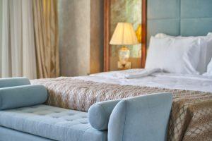canapé bleu et lit dans une chambre