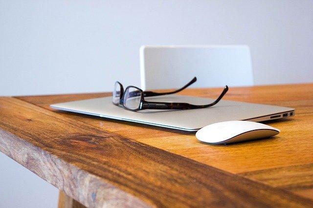 ordinateur posé sur une table