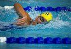 femme nageant dans une piscine intérieure