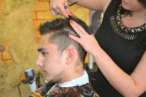 femme coiffant les cheveux d'un homme