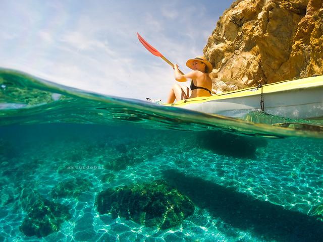 femme faisant du paddle sur l'eau