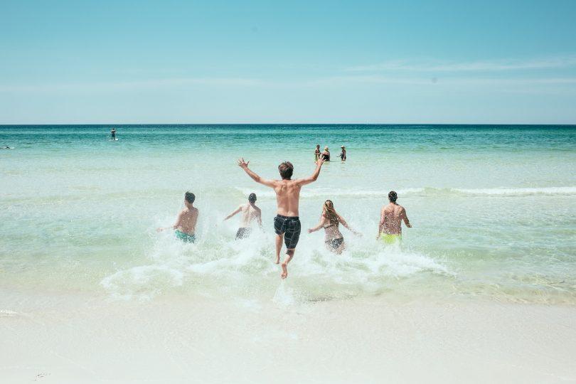 groupe de personnes dans l'eau