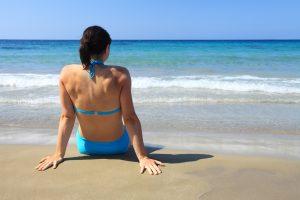 femme assise face à la plage