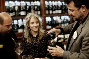 homme et femme buvant du vin dans un bar