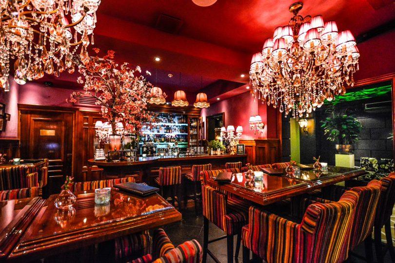 salle de restaurant avec tables et chaises
