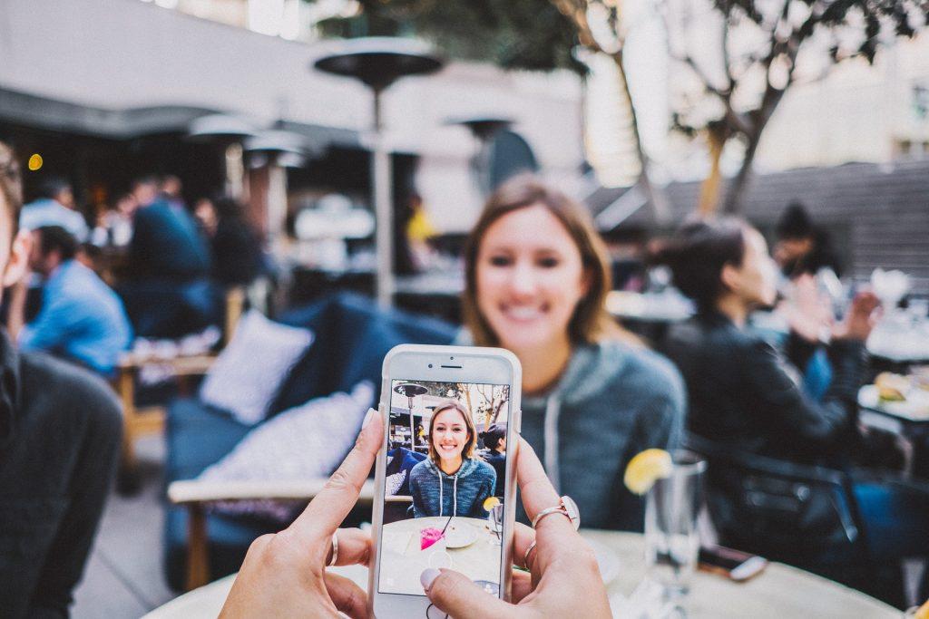personne prenant une photo de femme avec un iphone