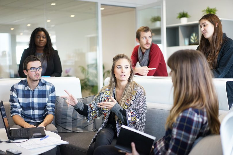 réunion de personnes dans une salle de travail
