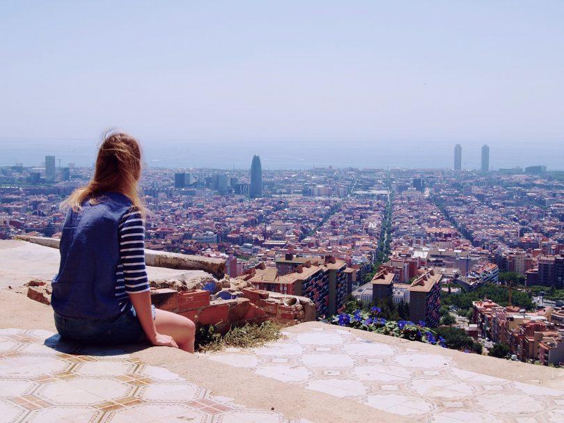 vue sur Barcelone avec femme assise