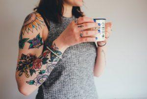 femme tatouée autour d'un café