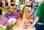 Niños haciendo un taller con plantas