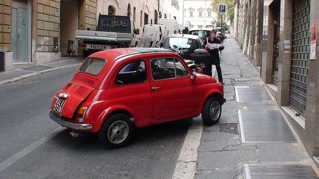voiture garée sur la route