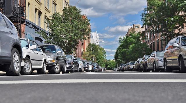 rue avec voitures garées