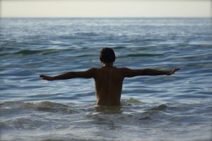 homme dans l'eau