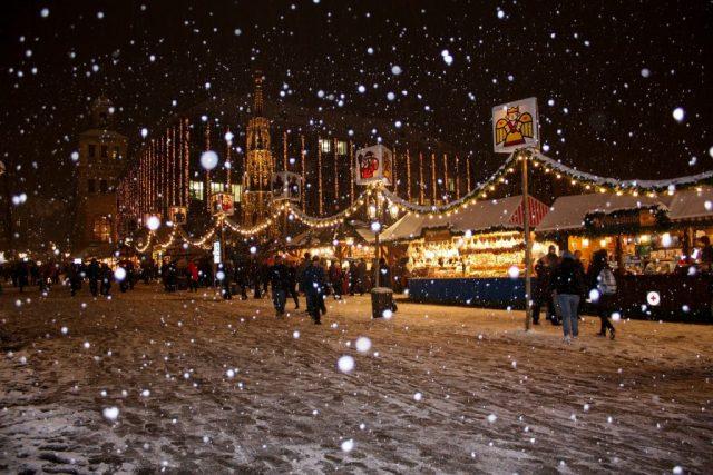 marché de noël sous la neige