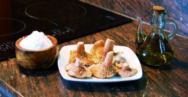 sel, un plat avec des champignons et de l'huile d'olive