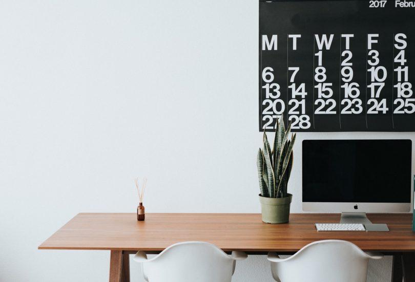 escritorio con ordenador y calendario