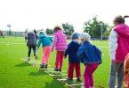 Une équipe d'enfants jouant sur l'herbe verte