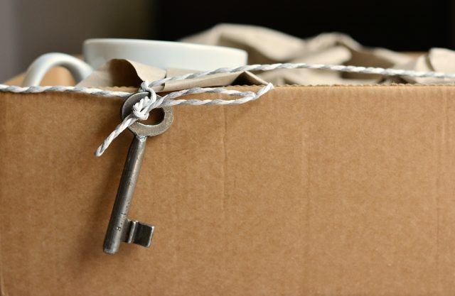clé sur une boîte en carton