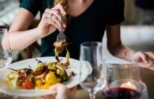 femme mangeant un plat de légumes