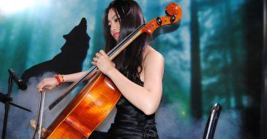 femme jouant du violoncelle