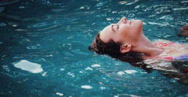 femme nageant dans l'eau