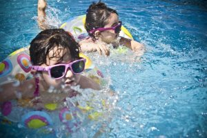 enfants avec bouee dans l'eau