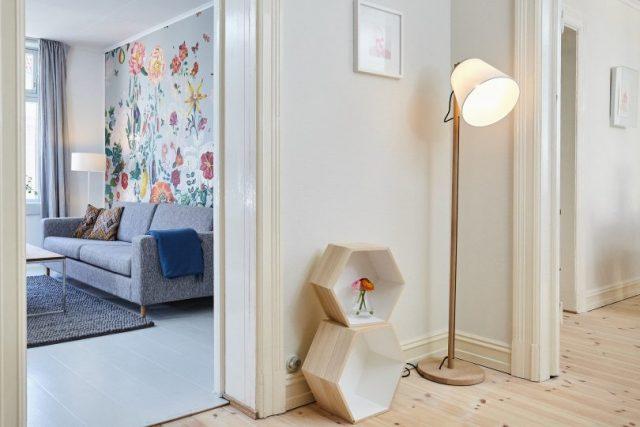 piece de maison avec lampe et rangement