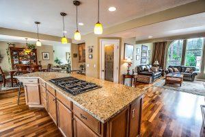 cuisine ouvert en marbre et plancher en bois vernis